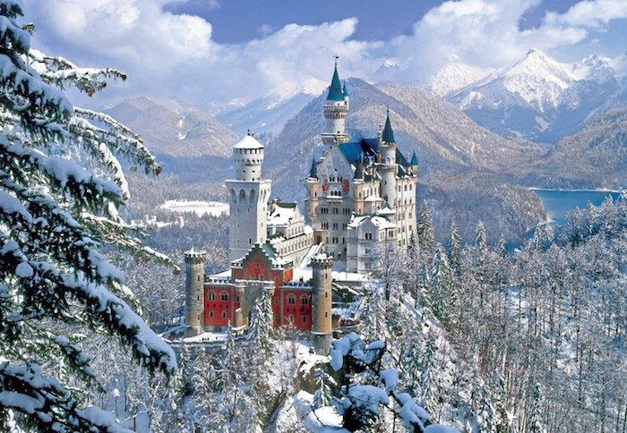 ein weißes schloss mit türmen - schöne winterbilder - blauer himmel mit weißen wolken - wald mit bäumen und schnee und see