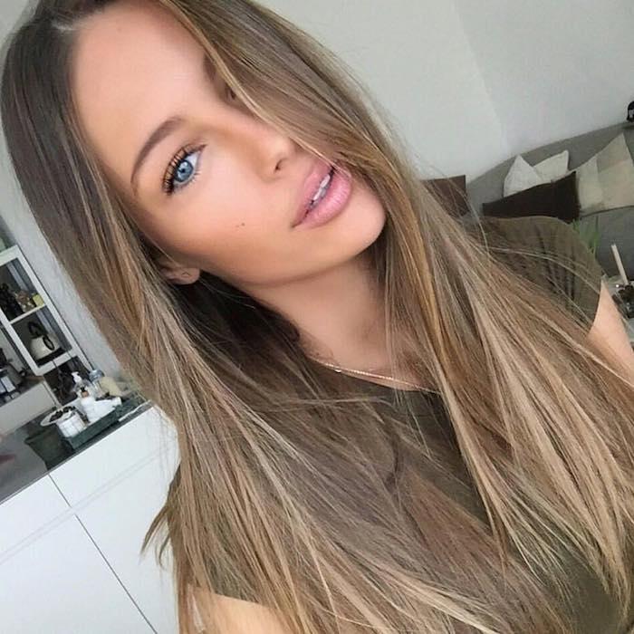 dunkelblonde Haare von einem Mädchen, Frisur mit glatten Haaren, dezentes Make up
