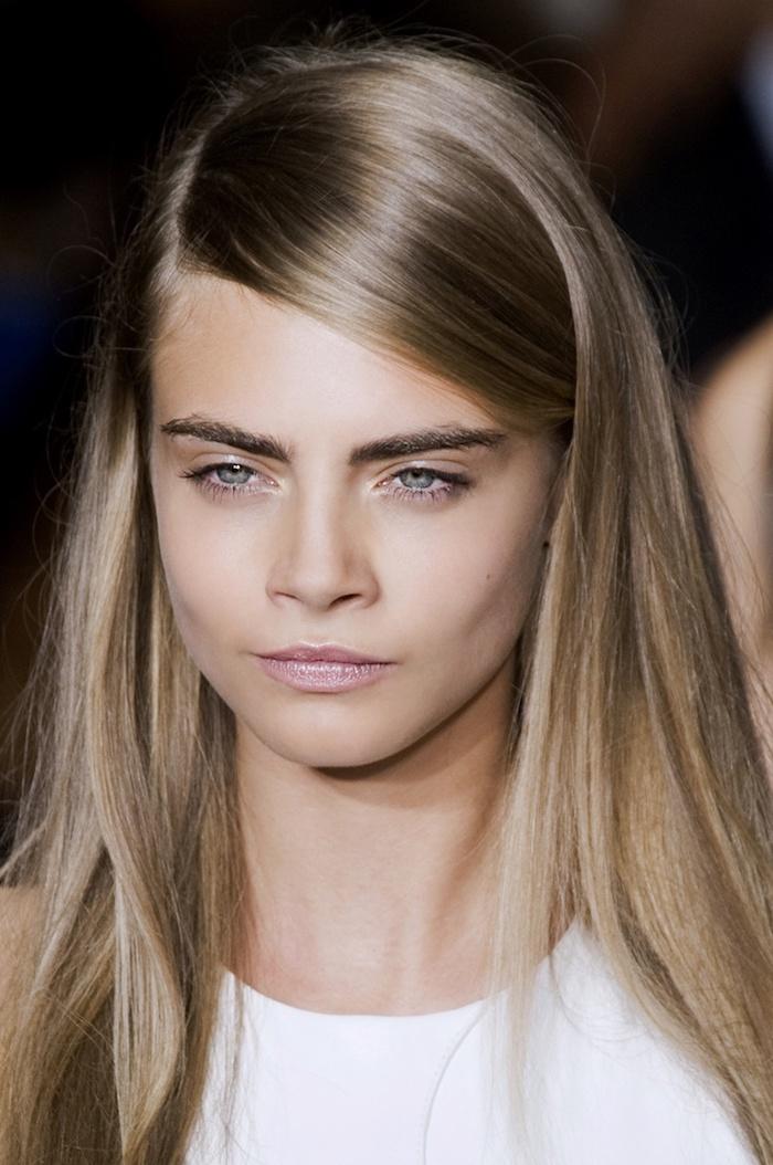 dunkelblonde Haare - ein schönes Mädchen mit blauen Augen und weißes Kleid