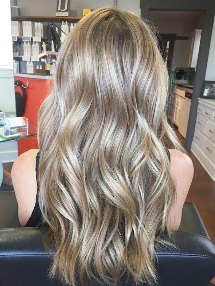 dunkelblonde Haare, lange Haare mit verschiedenen Nuancen von blonder Farbe