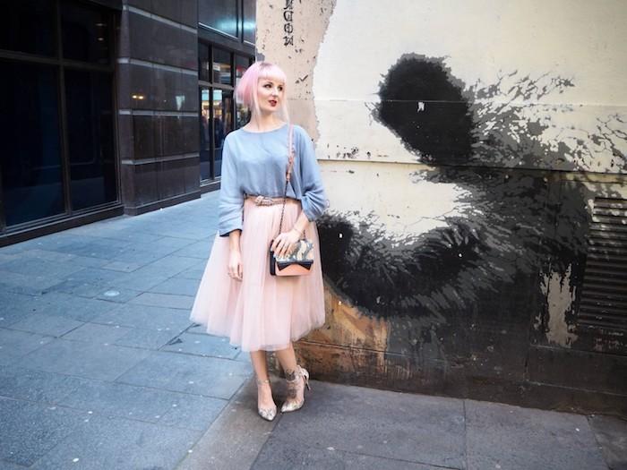 ballettkleid in hellrosa farbe rosahaare kurze haare stylen ideen tasche und schuhe mit schlangenmotiven