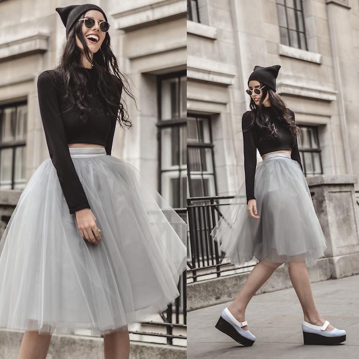bohemian style in der grauen stadt herbst outfit in grau und schwarz bequeme schuhe fröhliche frau model