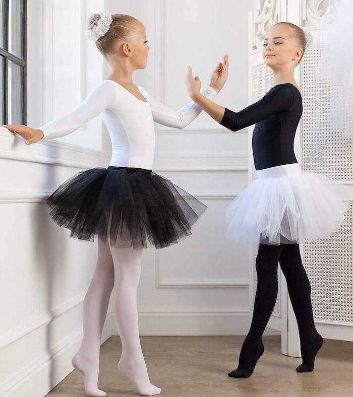 ballettkleid tüllrock schwarz und weiß outfit ideen für die kleinen mädchen haare binden