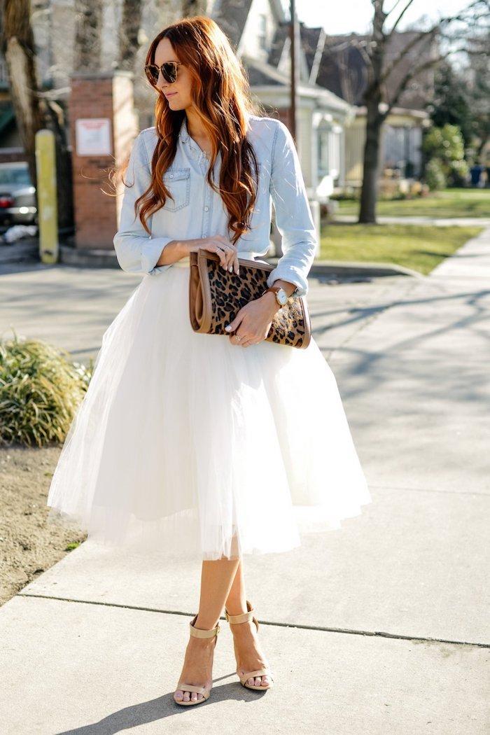boho style ideen jeanshemd leoprint tasche idee lange haare mit dezenten locken weiße tutu im sommer tragen