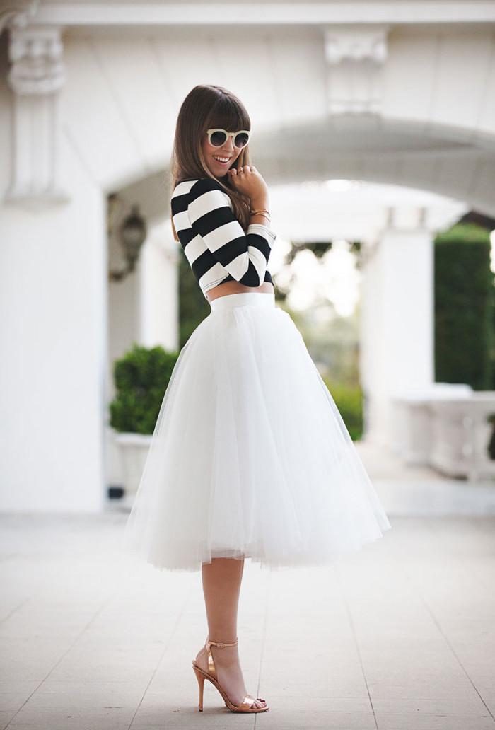 boho style ideen weißer rock mit schwarz weißer bluse retro brille und sandalen mit absätzen schön und fein