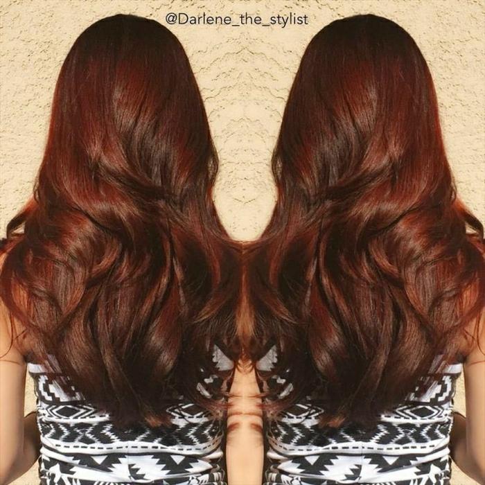 rot gefärbte Haare mit dunelbraunen Reflexen, glänzende und gut gepflegte strukturierte Haare, leichte gewellt zur Seite, Mädchen mit schöner Figur, gekleidet in weißem Top mt schwarzem Rhomben-Print