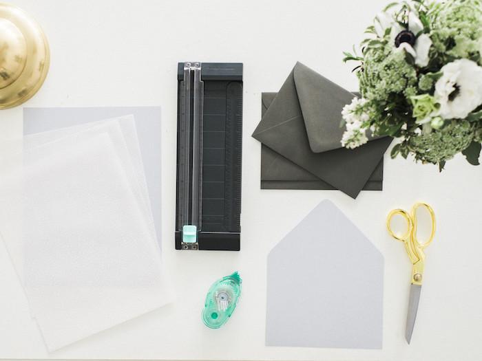 Briefumschlag basteln, schwarze kleine Umschläge, weiße Blätter und ein kleiner Karton