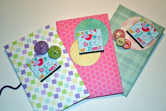 Briefumschlag basteln mit bunten Papier und Knöpfen, drei Vorschläge zur Dekoration