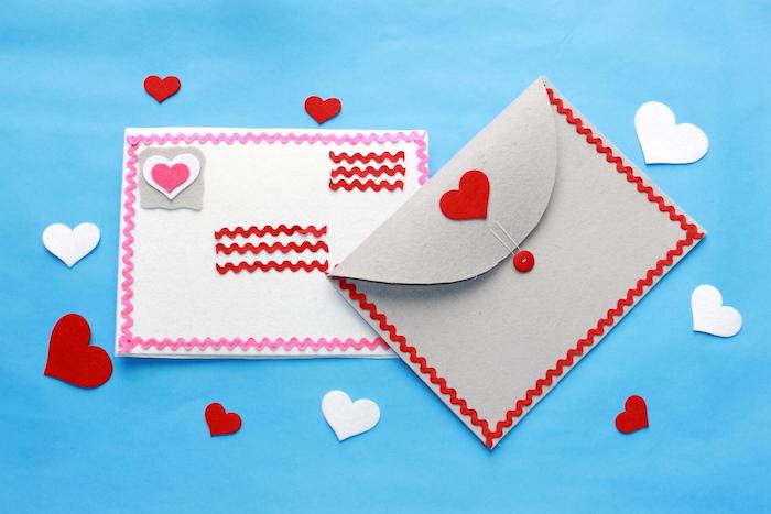 Briefumschlag basteln - zwei Briefumschläge mit vielen kleinen Herzen geschmückt