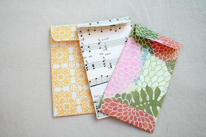 Briefumschlag falten - drei Briefumschläge aus Geschenkpapier gebastelt mit interessanten Mustern