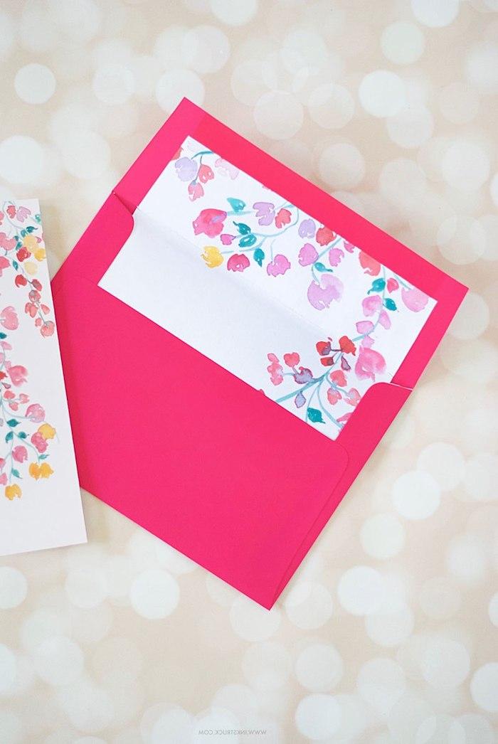 Briefumschlag basteln - Umschlag aus rosa Papier und schöne Blumen darin