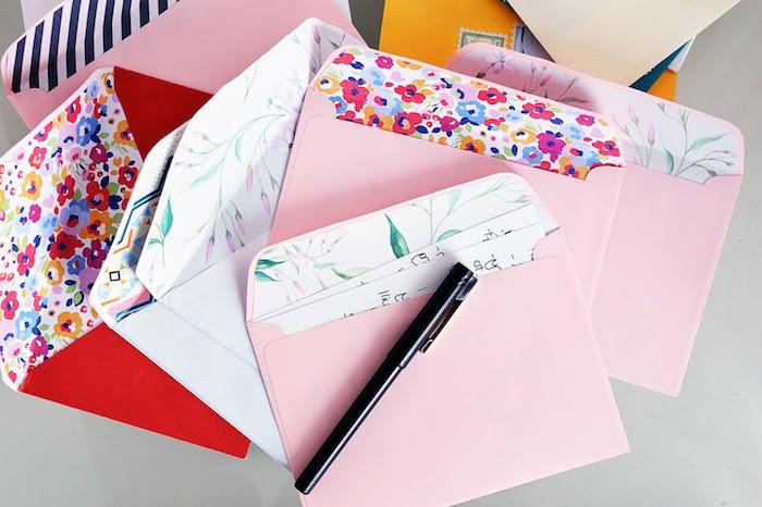 rosa, weiße und rote Briefumschläge mit Blumen und Blättern Motiven - Briefumschlag falten