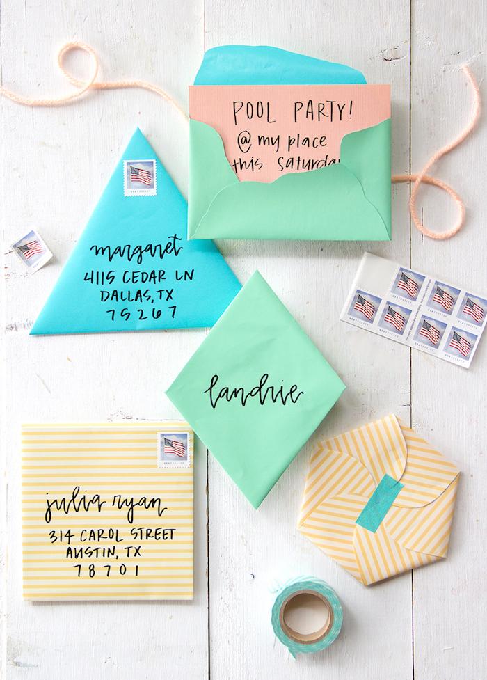 fünf verschiedene Designs -zwei grüne, ein blauer und zwei gelbe - Briefumschlag falten