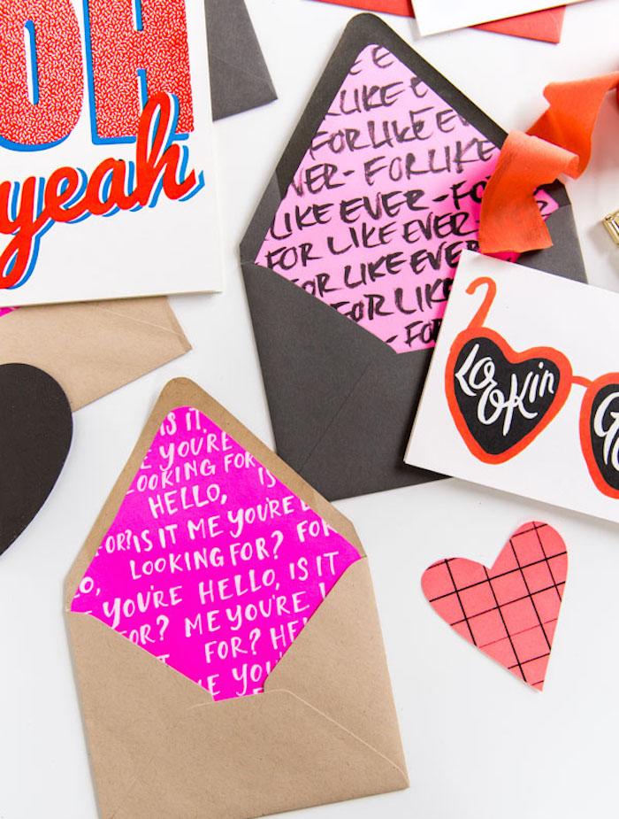 Umschlag basteln - zwei braune Briefumschläge mit rosa Inneren voller Aufschriften
