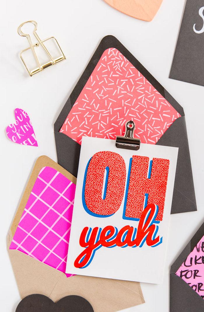 Umschlag basteln - zwei Briefumschläge in brauner Farbe und geometrische Muster auf rosa Hintergrund