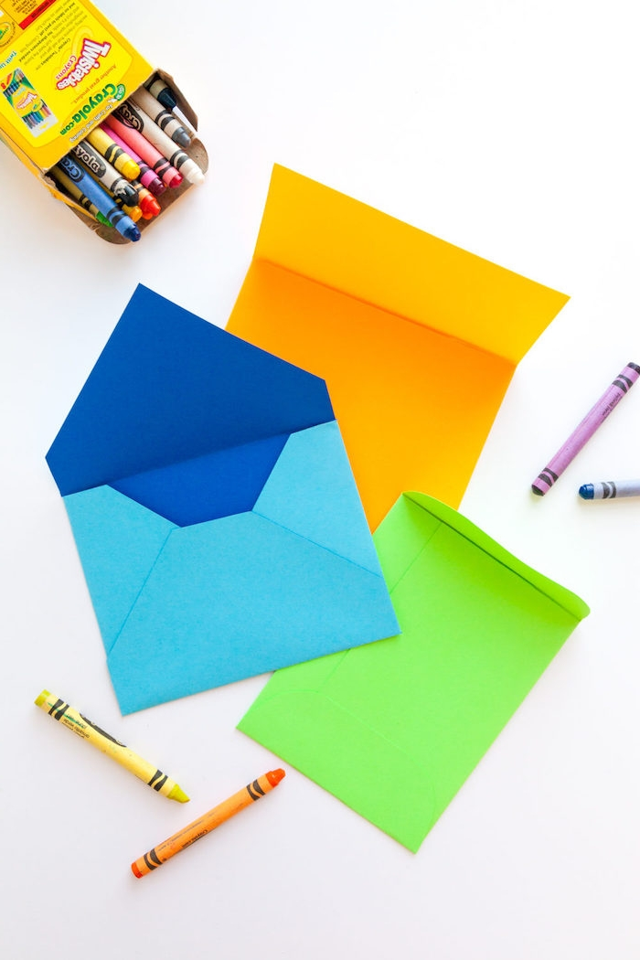 Umschlag basteln - drei verschiedene Farben und Designs von niedlichen Briefumschlägen