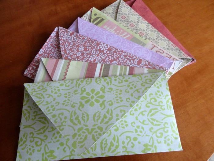 ein Stapel voller bunte Briefe mit verschiedenen Blumenmustern - Umschlag basteln