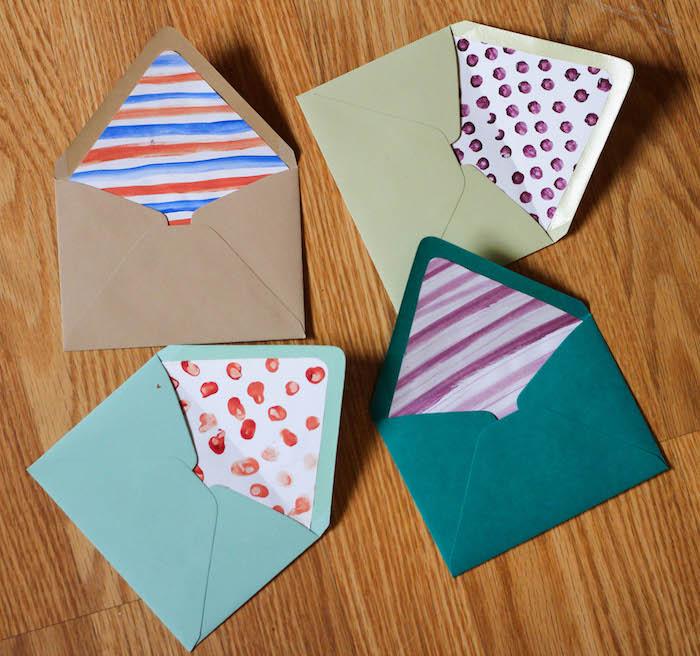 Umschlag basteln - vier Briefumschläge von Kindern geschmückt in bunten Farben