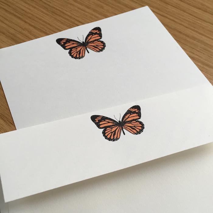 Briefumschläge basteln - ein Briefumschlag mit Sticker von einem Schmetterling