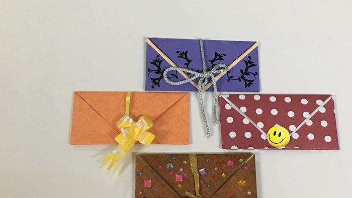 vier Briefumschläge basteln - lustige Figuren schließen jeder einzelne Briefumschlag