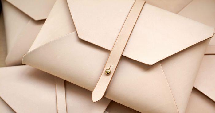 Briefumschlag selber machen - ein rosa Briefumschlag mit einer Schleife befestigt