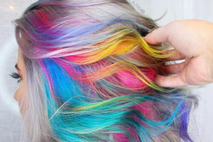 grau gefärbte Haare mit bunten Strähnen in sechs Farben, Haare mit grellen Farben - blaue Strähnen mit lila Farbschattierung, graue Haare mit tärkisblauen Strähnen und gelben Spitzen, bunte Strähnen auf der Innenseite der Haare, mittellange leicht gewellte Haare mit lässigem Look