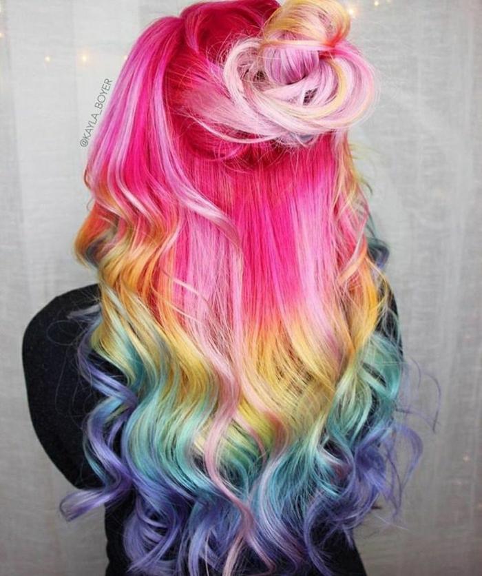 schöne lange Haare mit lockigen Spitzen, obere Hälfte der Haare gebunden in einem lockeren halben Dutt, Haare in vielen Farben, Haare in Half Bun binden