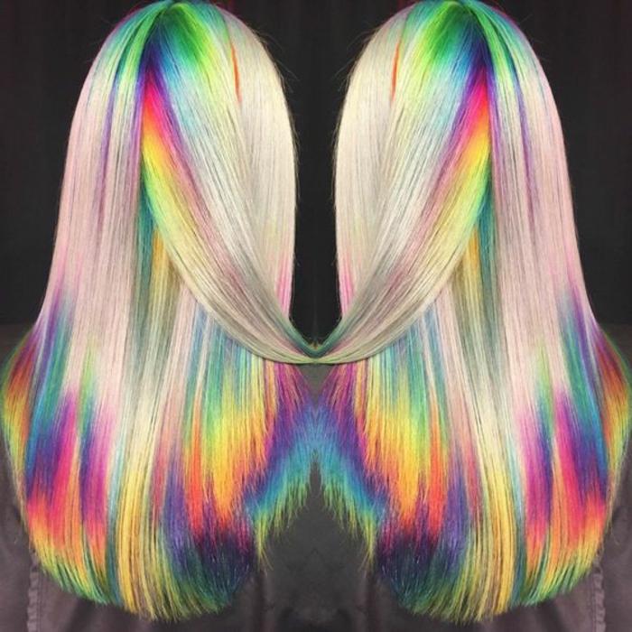 Außenseite blond, Innenseite bunt, unter Ansatz mit aschenblonden Längen und Regenbogen-Spitzen, Bild mit schwarzem Hintergrund