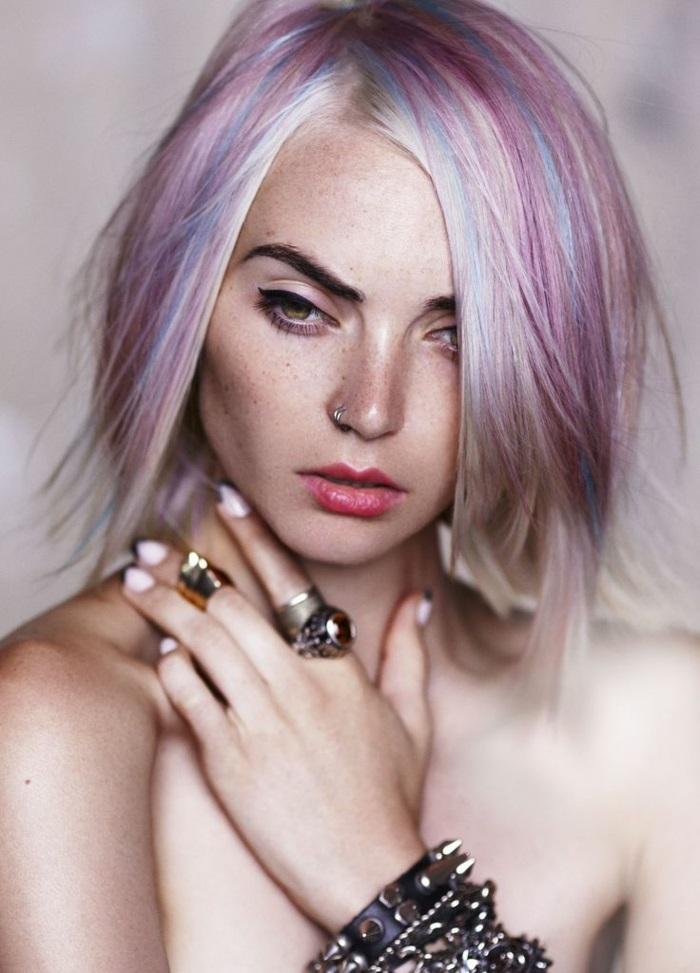 bunte haarfarben, kurze glatte haare in lila mit blauen highlights, große ringe und armbönder