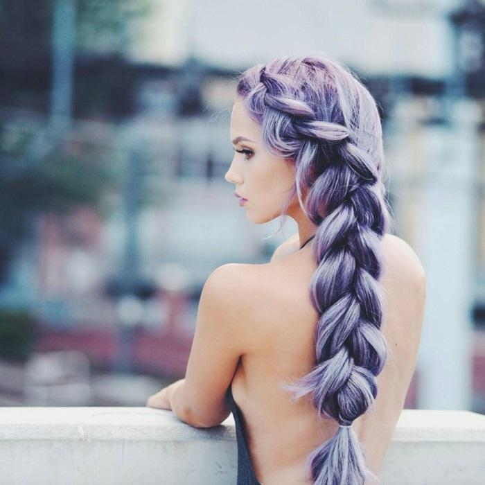 bunte haarfarben, frau mit langen lilafarbenen haaren, flechtfrisur mit goßem zopf