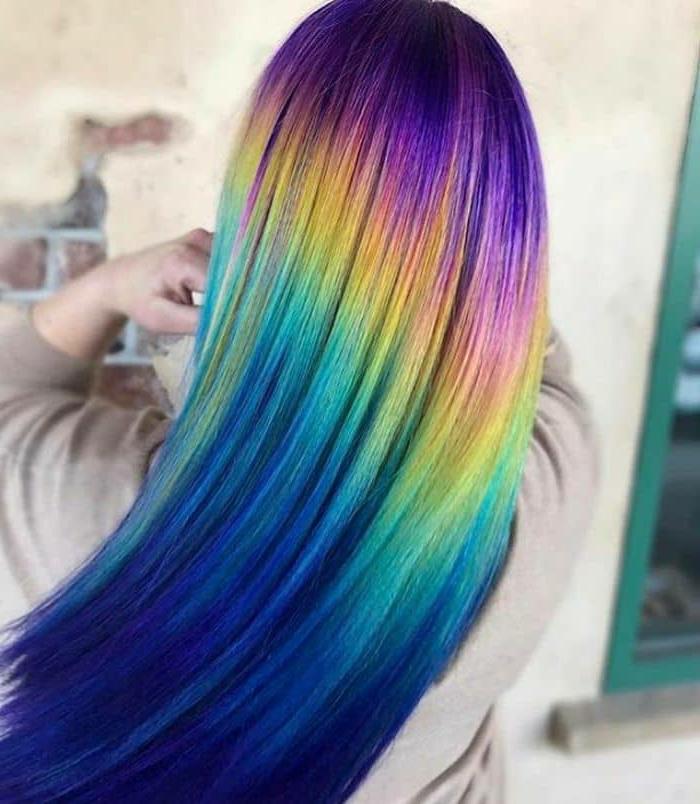 Haare mit ineinander verlaufenden Farben, Indigoblau verläüft in Lila, Lila verläuft in Rosa, Rosa verläuft in Gelb, Gelb verläuft in Grün, Grün verläuft in Türkisfarbe, Türkisgrün verläuft in Dunkelblau