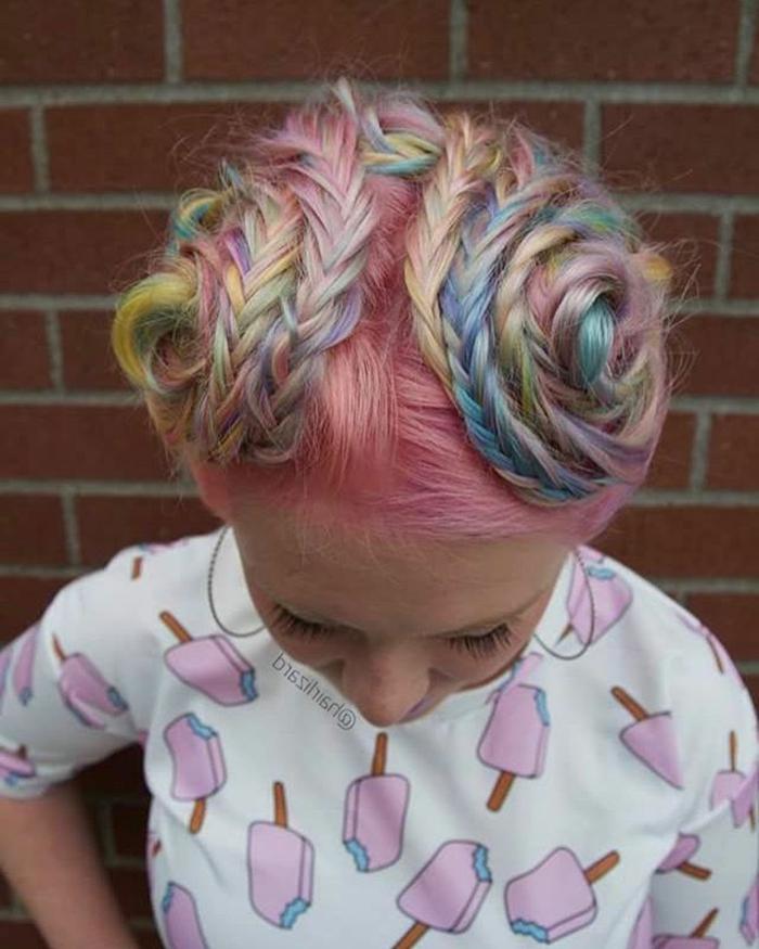 lange Pastell-Haare mit vielen kleinen Zöpfen, gebunden in zwei Seitendutts hoch am Kopf, zwei Schneckendutts aus drei Zöpfen, süße weiße Bluse mit Stangeneis-Print und Ärmeln bis zum Ellenbogen