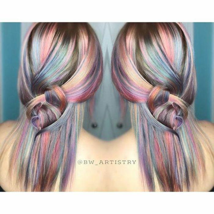 Pastell-Haare mit mittlerer Länge, gesteckt in einem halben Dutt mit vielen Haarklammern, Halbdutt aus vielen dünnen Strähnen machen, schwarze Bluse schulterfrei