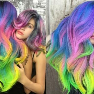 Bunte Haare: grelle Regenbogen-, zarte Pastell- oder leicht ineinander verlaufende Farben - die Entscheidung treffen Sie!