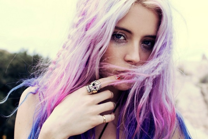 bunte haarfarben, pastellrosa haare mit lila haarspitzen, silbernes make-up
