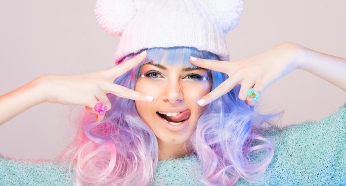 bunte haarfarben, frau mit weißer mütze und rosa-blaue haare, ponyfrsiur