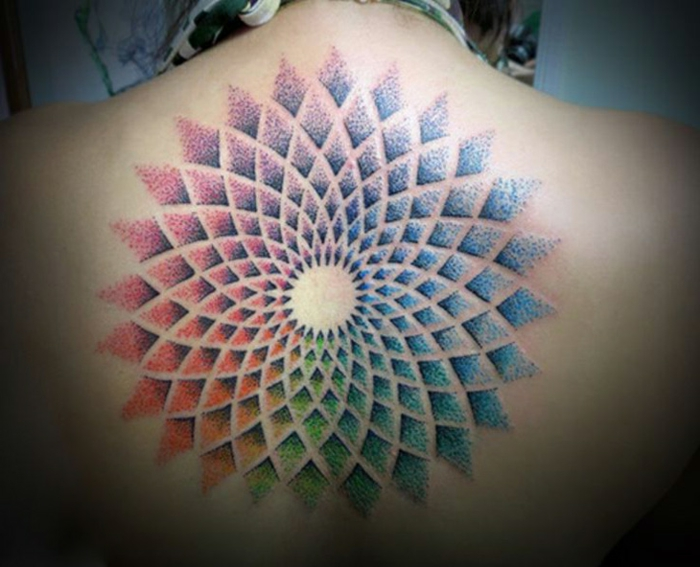 bunter Rückentattoo ohne Kontren mit ineinanbder verlaufenden Farben, Tattoo mit geometrischen Motiven, Rhomben-Motive