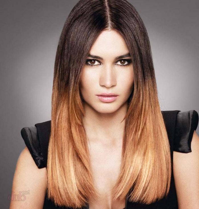 lange geglättete Haare mit schwarzem Ansatz und honigblonden Längen und Spitzen, Frau mit braunen Augen, großer Nase und vollen rosa Lippen
