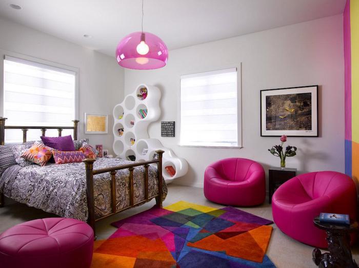 jugendzimmermöbel doppelbett zwei bequeme sessel bunter teppich bodenkissen zyklame rosa lampe kissen