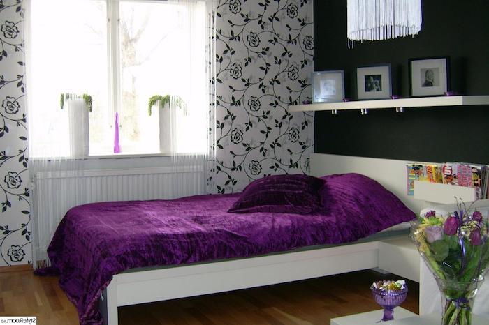 jugendzimmermöbel als hauptelemente im zimmer wandtapeten blumenmuster in schwarz und weiß tulpen regal mit fotos