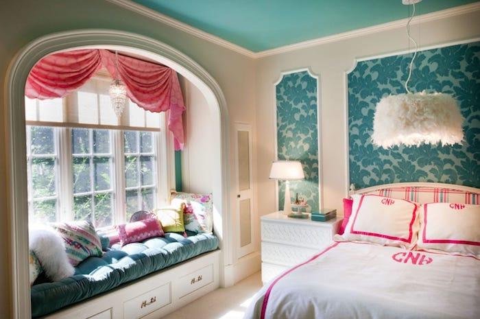 jugendzimmermöbel sessel kissen vorhänge schöne fensterecke doppelbett in weiß und rosa schränke lampen