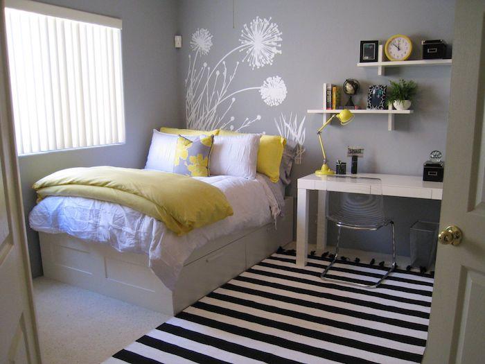 jugendzimmermöbel bett schreibtisch sessel regale für bücher und dekorationen stehlampe wanddeko wandtattoos blumen weiß auf grau gelbe elemente