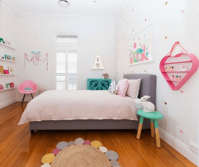 Jugendzimmer Mädchen brauner boden großes bett dezente farben schöne deko ideen herzförmiger regal