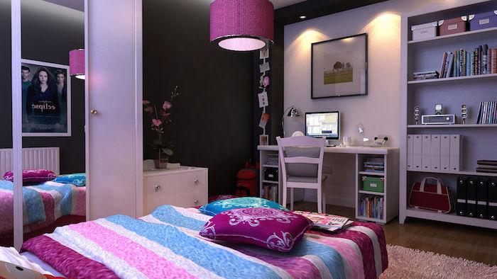 kinderzimmer komplett einrichten lila und rosa und blau deko elemente bettdecke hängende lampe schreibtisch idee regale mit büchern