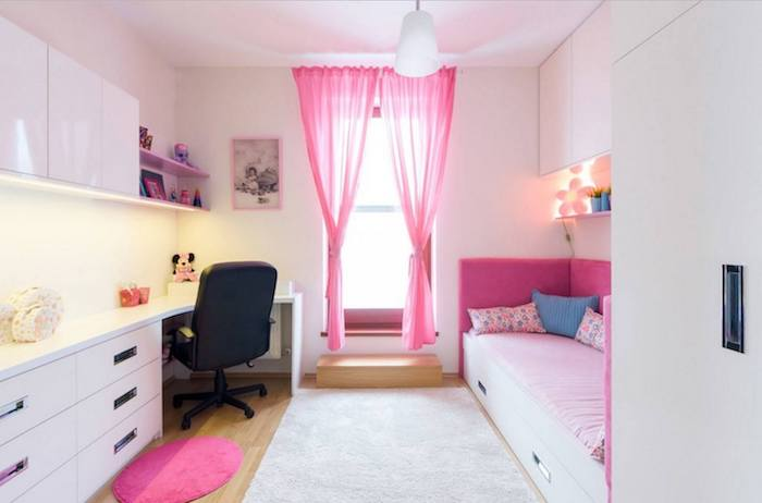 kinderzimmer komplett mädchenhaft gestalten rosa vorhänge bett schreibtisch viele schränke und schubladen rosa weißes design