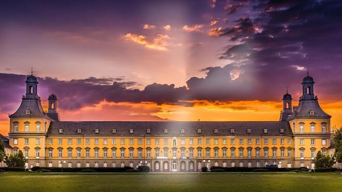 günstige reiseziele in deutschland die bezaubernde architektur und natur vom land universität bonn unigebäude bunte wolken darüber