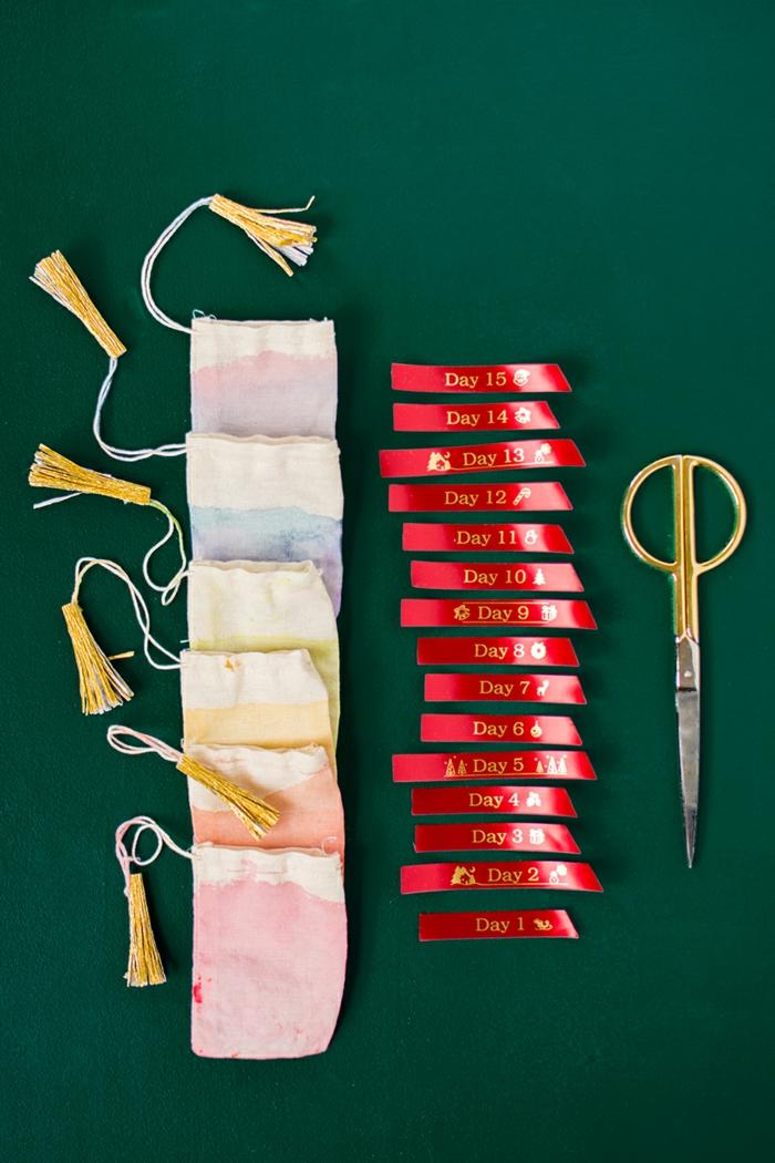 Materialien für selbst gemachten Adventskalender, Säckchen bunt bemalen und mit Süßigkeiten füllen