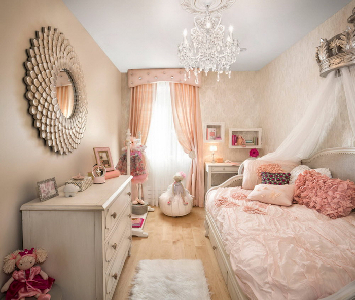 mädchen jugendzimmer ideen prinzessinnen zimmer bett design mit vielen dekorativen kissen spiegel an der wand märchenhaftes zimmer vorhänge