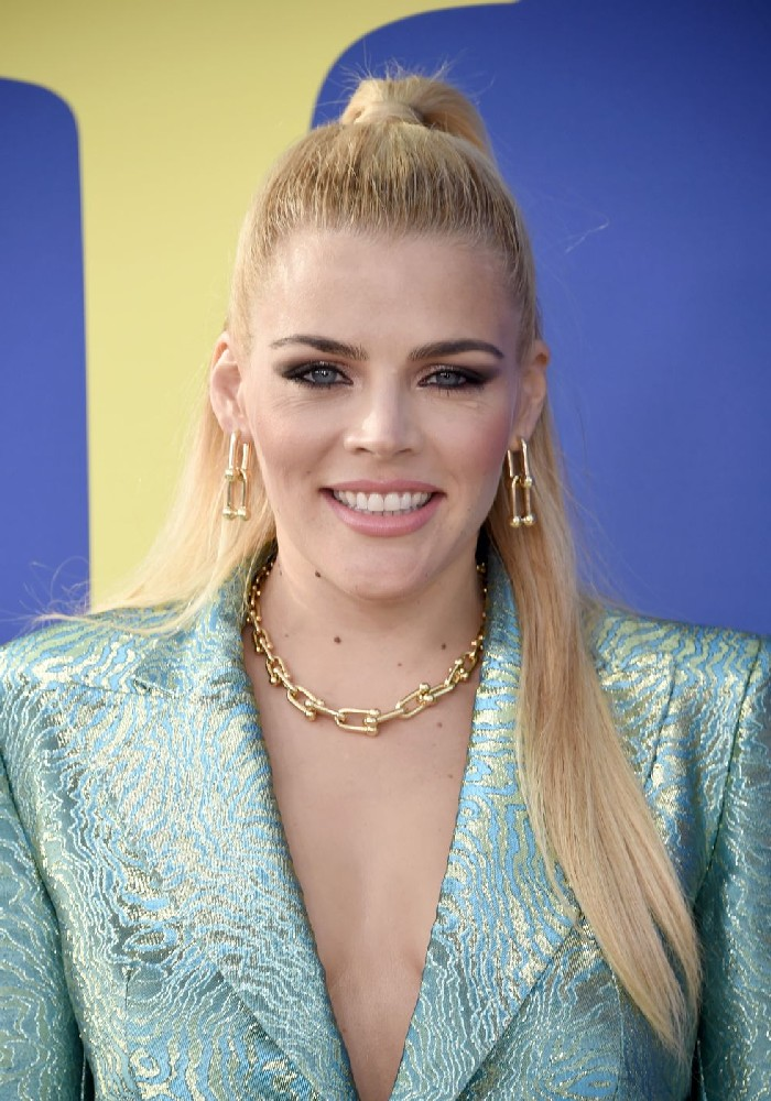 Halboffene Haare, schöne Frisuren für dünnes haar, blonde glatte Haare, Smokey Eyes und matter Lippenstift, hellblauer Blazer und Goldschmuck