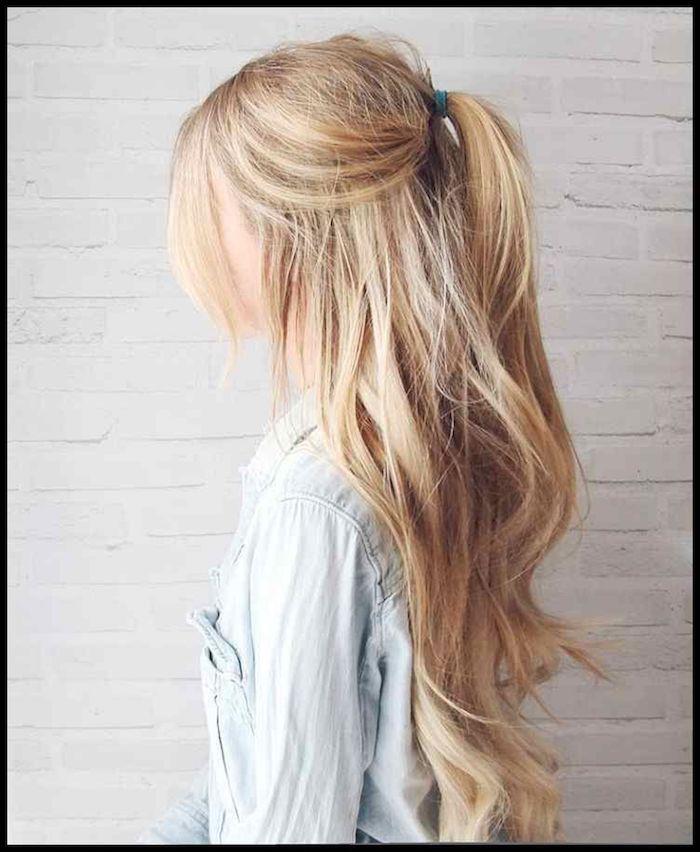 Lockere Frisur für den Alltag, halboffene lange blonde Haare, schöne Wellen, hellblaues Hemd